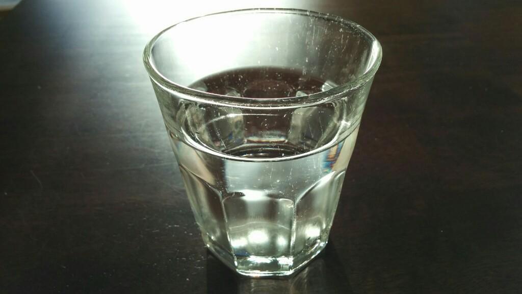 お風呂に入る前にコップ一杯の水を飲む